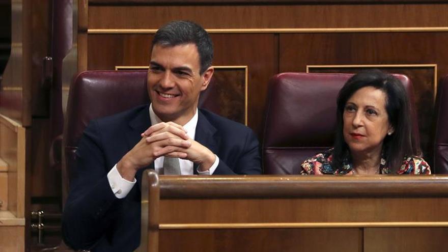 Pedro Sánchez, junto a Margarita Robles en el Congreso de los Diputados