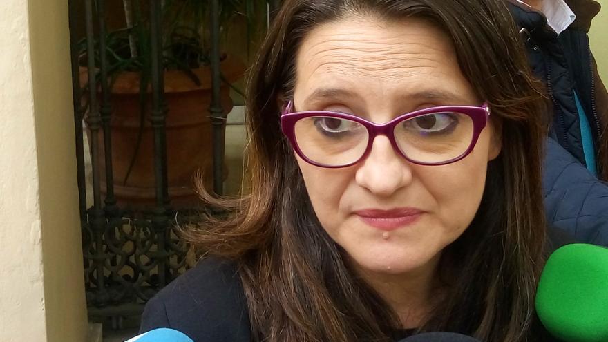 Mónica Oltra atiende a los medios en Alicante