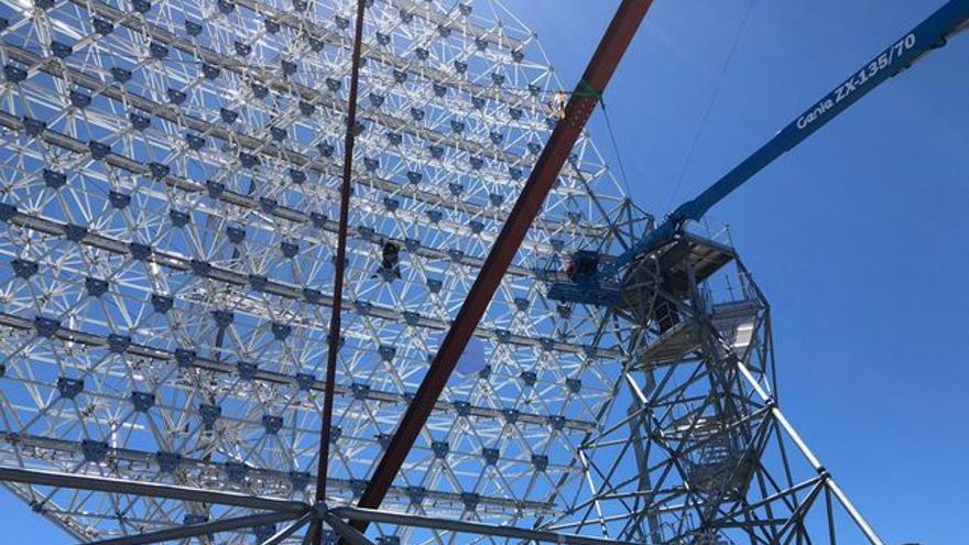 Estructura del prototipo de gran tamaño LST1 de la Red de Telescopios Cherenkov donde se instalan los espejos. Crédito: T. Inada (ici, u-Tokio)