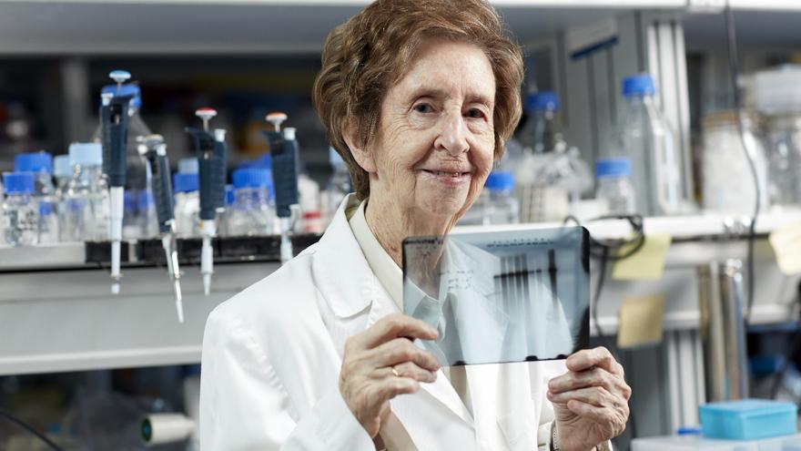 Margarita Salas, en el laboratorio del Centro Severo Ochoa en el que ha estudiado el virus bacteriofago phi29 hasta poco antes de morir.