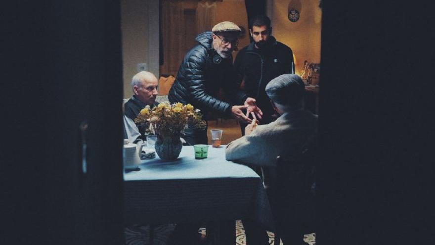 El director de la cinta, Jo Sol, prepara una escena con dos personajes secundarios, ambos vecinos oscenses.