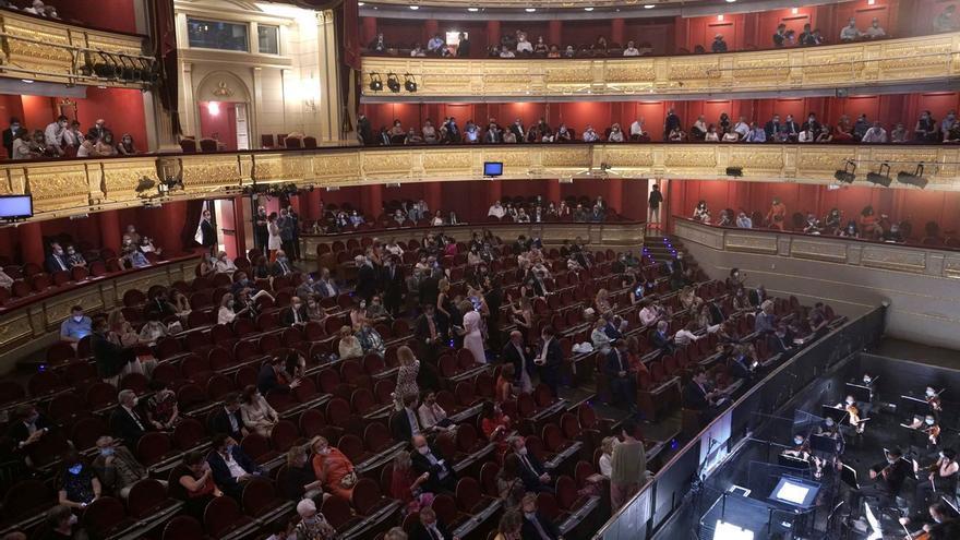 """Con los solistas """"aprisionados"""" en cuadrículas, el coro estático y los músicos separados en el foso por paneles, el Real ha reabierto esta noche para la mitad de su aforo, 869 espectadores, que han aplaudido el doble: a """"La Traviata""""."""