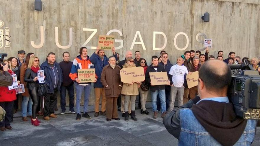 Concentración a la llegada de Alberto Cañedo @albrtocarcaboso al palacio de justicia de Plasencia / @ApoyoAlberto