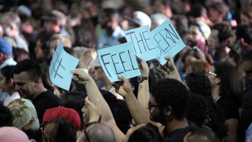 Seguidores de Sanders apoyan con carteles la candidatura del socialista.