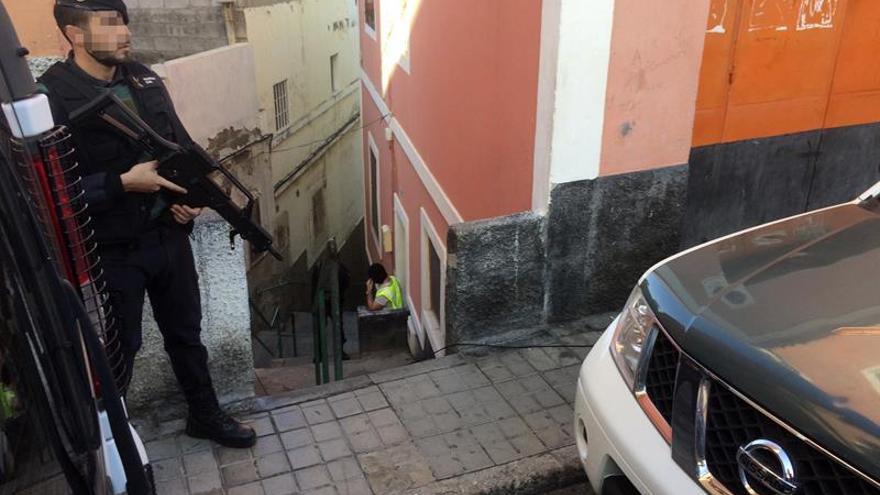 La Guardia Civil registra el domicilio del detenido en Las Palmas de Gran Canaria por enaltecimiento del terrorismo yihadista. (EFE)