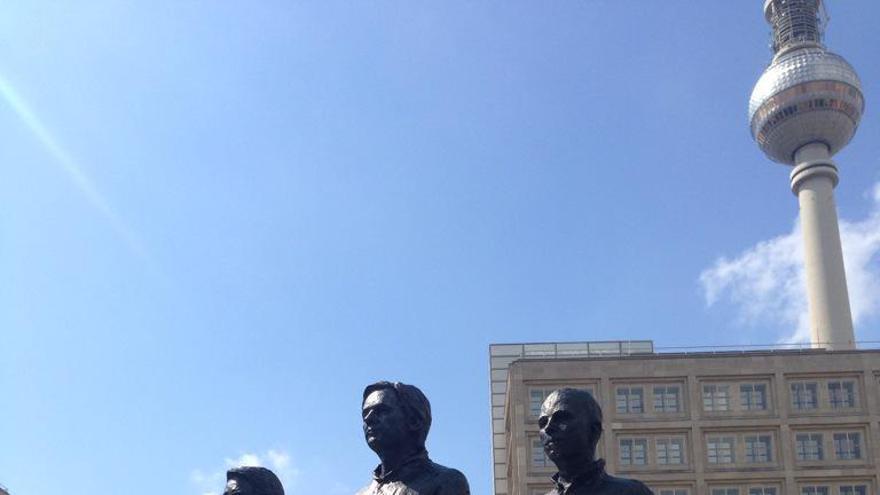 Sarah Harrison, de pie en la silla vacía en la estatua de los whistleblowers en Berlín