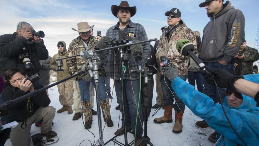 Bundy habla con los medios de comunicacióndelante del edificio de la reserva para informar que piensan seguir indefinidamente con la ocupación. /EFE