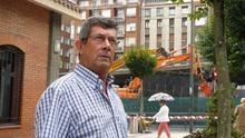 Javier Muñoz pasea frente a las obras de derribo del viaducto de Sabino Arana. /G. A.