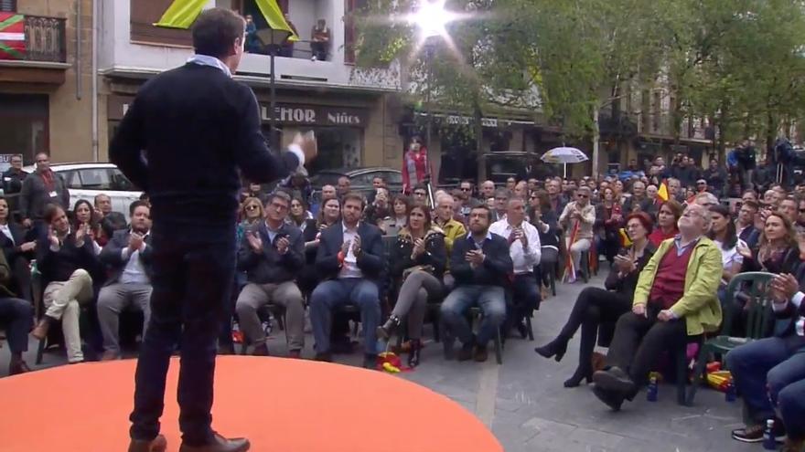 Un lazo amarillo sobre una fachada en la Plaza de los Fueros de Rentería durante la intervención de Albert Rivera