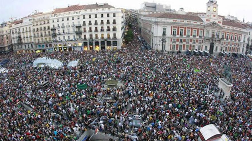 Intengrantes del Movimiento 15M abarrotan la Plaza del Sol de Madrid. (EFE).