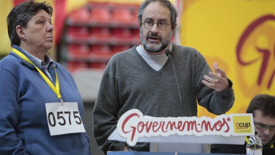 Antonio Baños y Gabriela Serra, en uno de los parlamentos del debate interno de la CUP