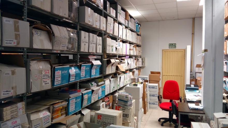 Las estanterías del negociado de Cultura de Castellón acumulan centenares de cajas con libros en su interior.