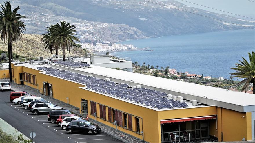 En la imagen, Centro de Astrofísica  de La Palma, en Breja Baja, con la nueva instalación de energía solar fotovoltaica para autoconsumo en la cubierta del edificio.