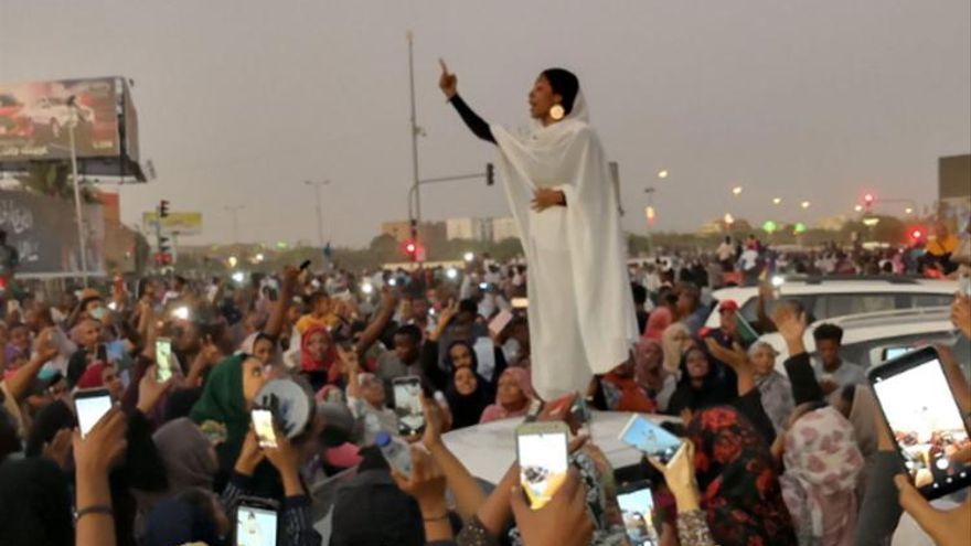 Ala'a Salah, vestida con ropa tradicional sudanesa, llama a la revolución en Sudán.