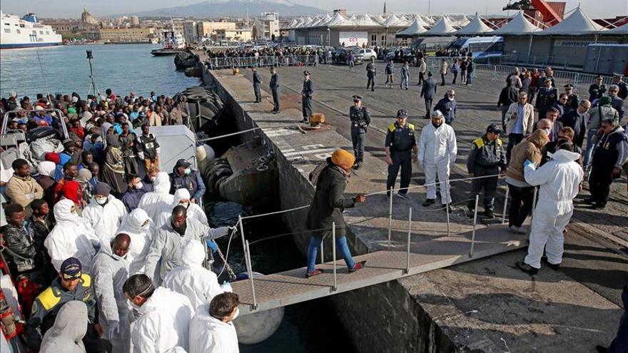 Rescatan a 220 inmigrantes que viajaban hacia Italia en dos embarcaciones