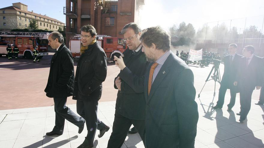 En el centro, el alcalde de Salamanca y el consejero de Fomento (a su izda.), y la manifestación de bomberos, al fondo.