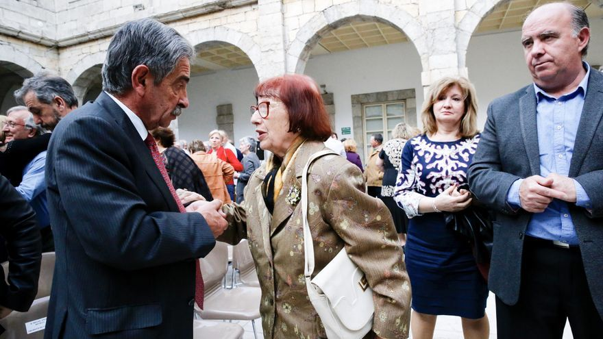 Revilla saluda a familiares de las víctimas a su llegada al Parlamento.   LARA REVILLA