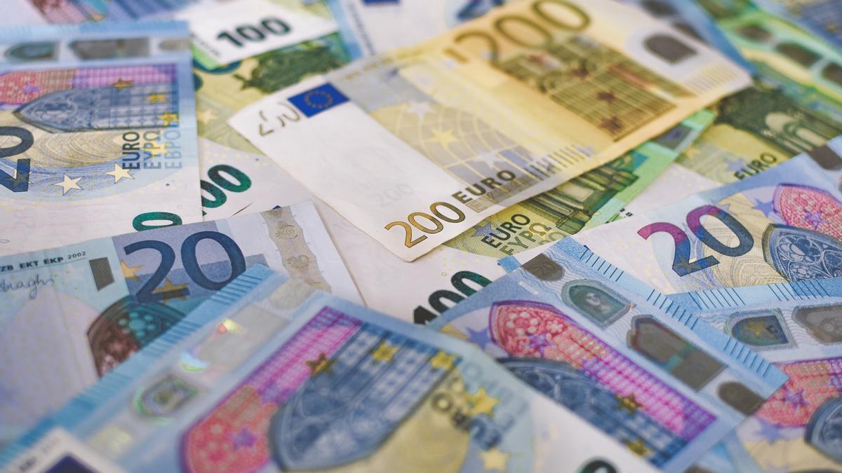 Guardar el dinero en casa y no en el banco, ¿es una alternativa viable?