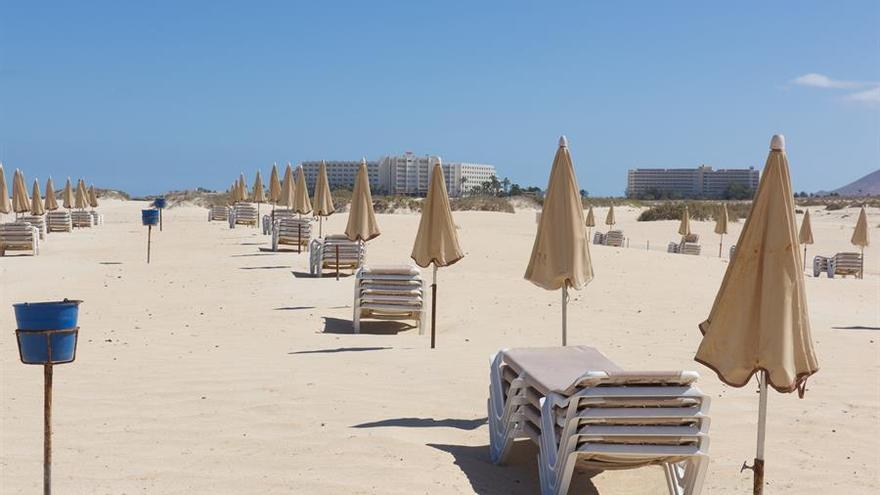 Las hamacas permanecen vacias en las grandes playas de Corralejo, en Fuertevntura. EFE/ Carlos De Saá