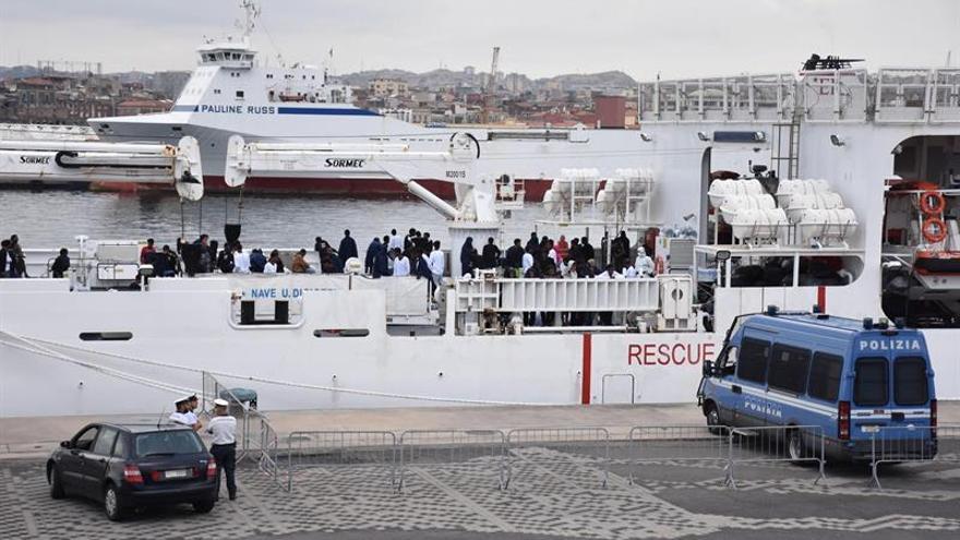 El barco militar italiano con 177 inmigrantes sigue a la espera de desembarcar