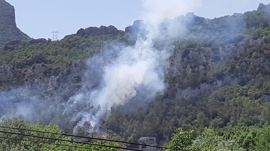 Bomberos y varios aviones colaboran en la extinción de un incendio en Sobrón (Álava)