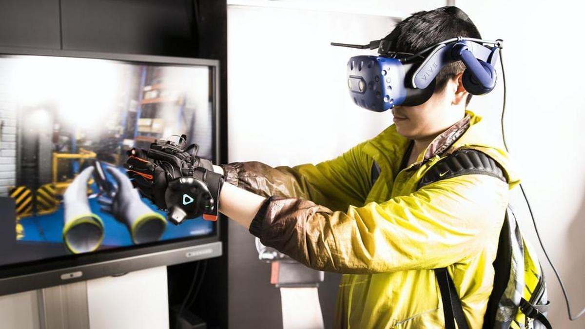 Un joven prueba un programa de realidad virtual. Unsplash