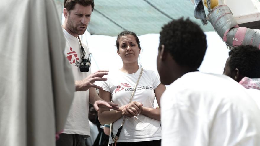 El personal del buque Aquarius explica la situación a los migrantes rescatados.