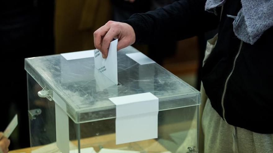 Una persona deposita su voto en unas elecciones