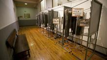 Cabinas de votación en un colegio electoral
