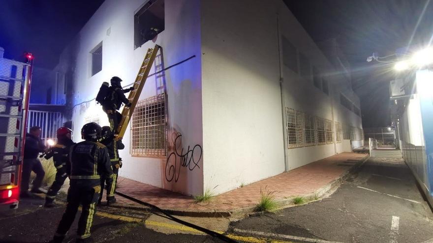 Intervención de los Bomberos para apagar un incendio en la escuela de arte Fernando Estévez