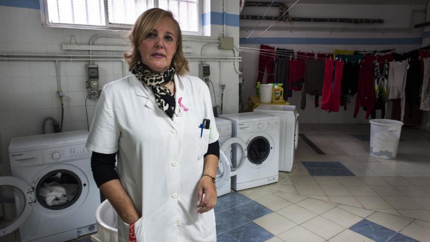 A Carmen Rodríguez, la gobernanta del centro de refugiados, todos los usuarios la conocen como Mamá Carmen. | JOAQUÍN GÓMEZ SASTRE