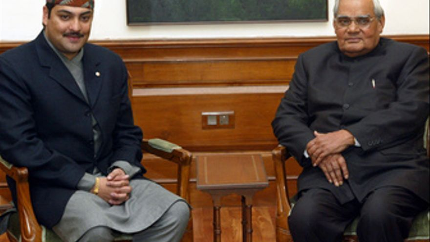 El ex príncipe de Nepal Paras Bir Bikram Shah Dev con el primer ministro de la I