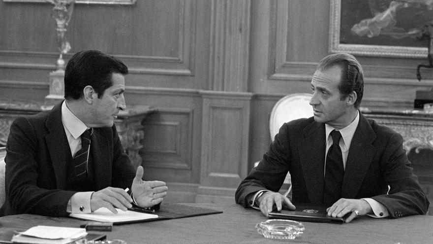 El rey y Suárez en una reunión de la Junta de Defensa del Alto Estado Mayor el 24 de febrero de 1981. Foto: Manuel H. de León / Efe.