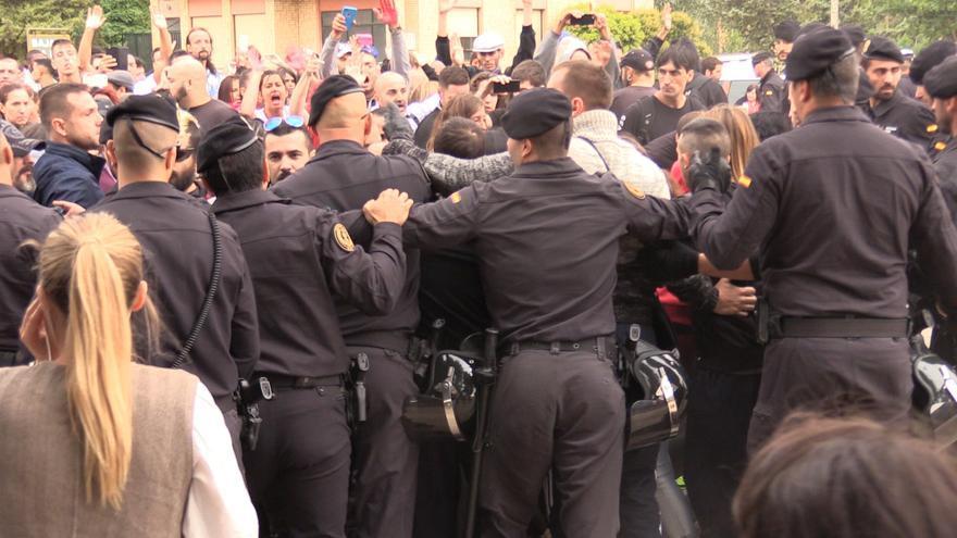 La Guardia Civil bloquando a los animalistas.