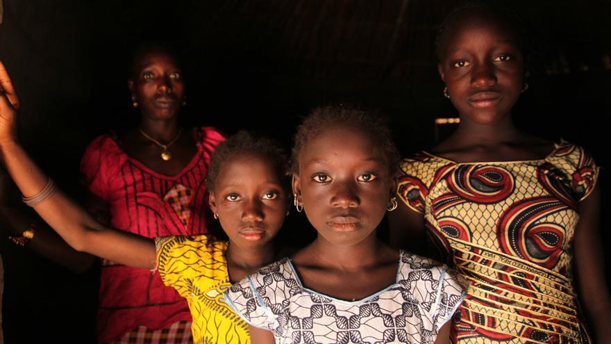 Una mujer y sus hijas en Cambadju, la primera aldea en Guiena-Basáu que ha renunciado a la mutilación genital femenina. | Foto: Unicef.