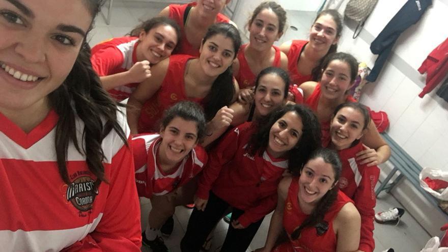 Las jugadoras del Deza Maristas celebran su última victoria.