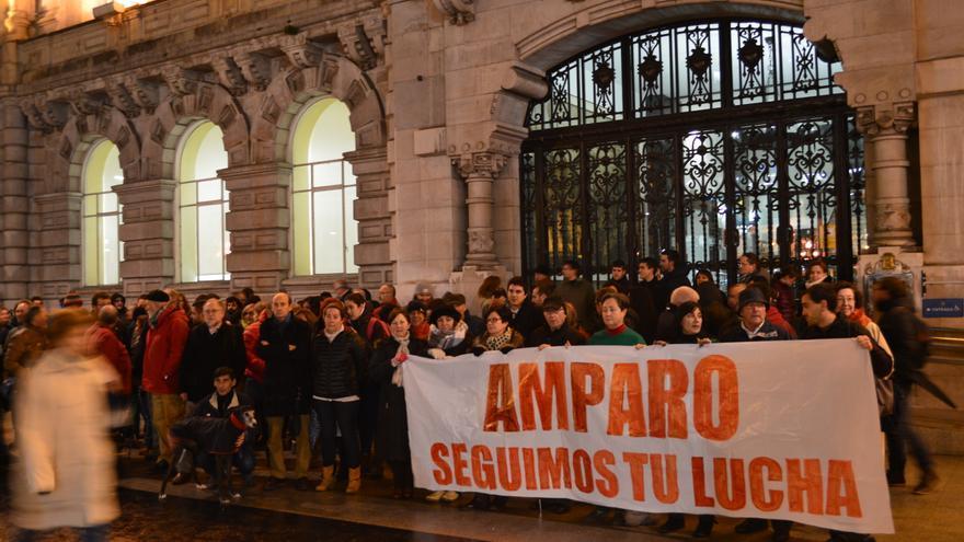 Cerca de un centenar de personas se han concentrado en homenaje a Amparo Pérez. | Rubén Vivar