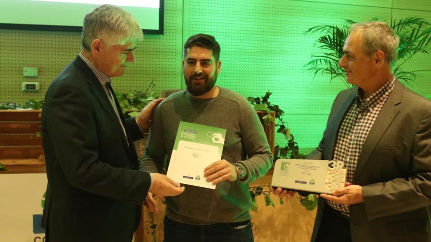 Sergio Fernández recobiendo la condecoración el los X Premios Europeos de Prevención de Residuos