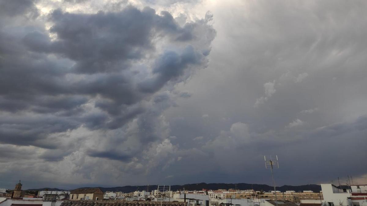 Nubes negras sobre el cielo de Córdoba