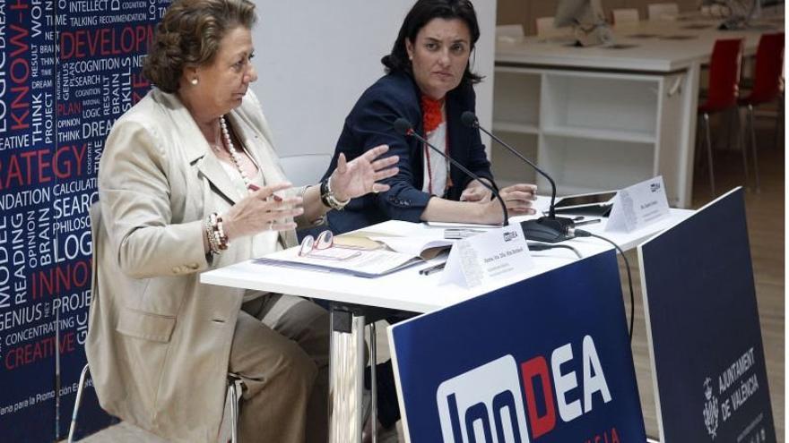 La exalcaldesa de Valencia Rita Barberá junto a la exconcejal popular Beatriz Simón en un acto de la fundación Inndea