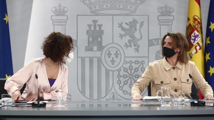 La ministra portavoz y ministra de Hacienda, María Jesús Montero, y la vicepresidenta cuarta y ministra para la Transición Ecológica y el Reto Demográfico, Teresa Ribera