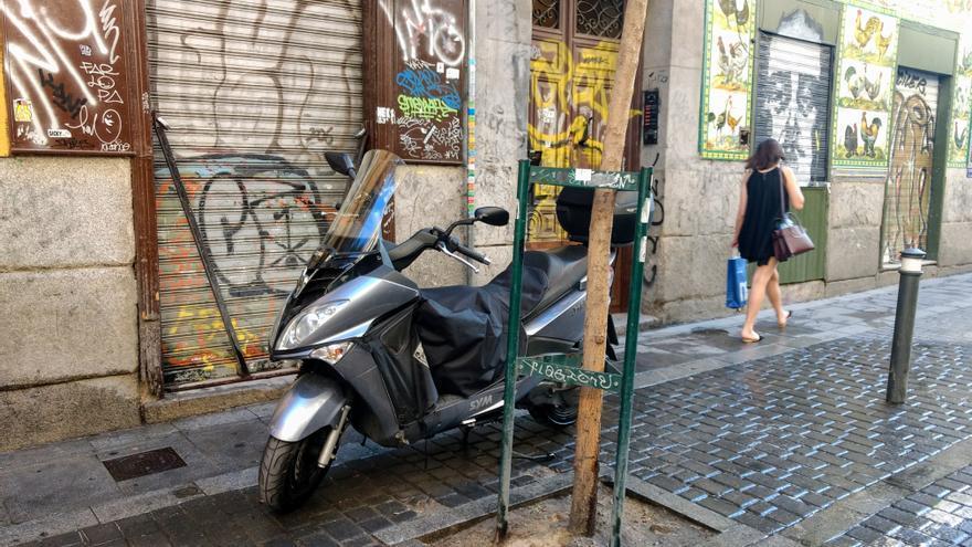 Moto mal aparcada en San Vicente Ferrer | SOMOS MALASAÑA