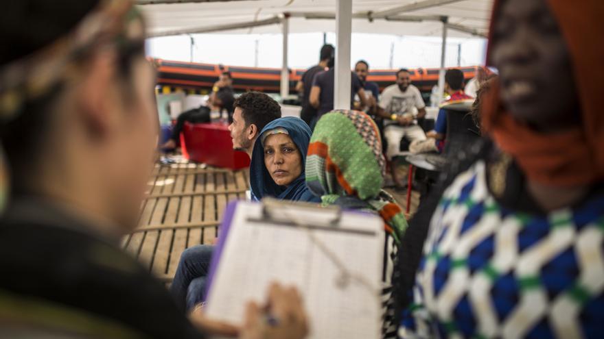 La tripulación del Open Arms atiende a los migrantes rescatados.