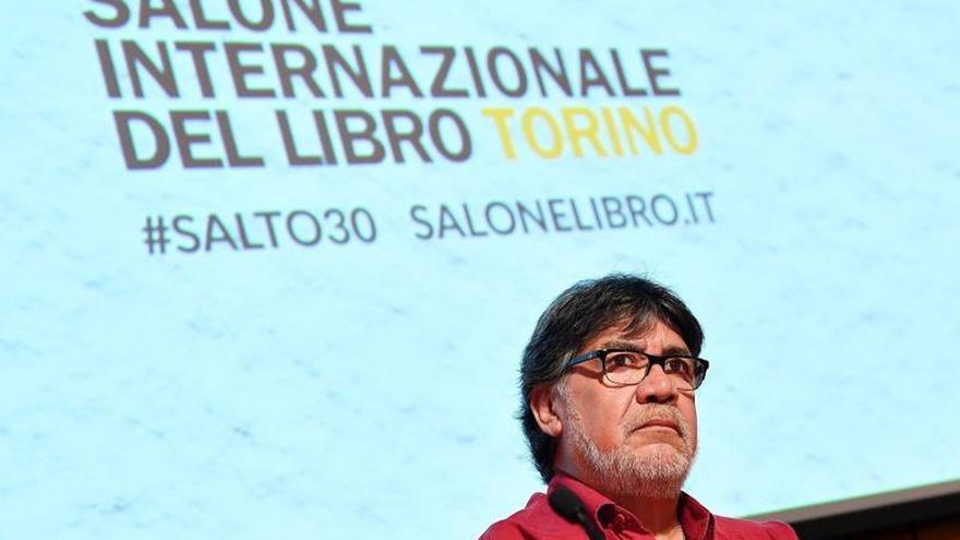 El escritor chileno Luis Sepúlveda en una Feria del Libro de Turín, en Italia.