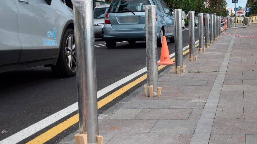 Comienza la instalación de bolardos para mejorar la seguridad de los peatones en la Avenida Marítima