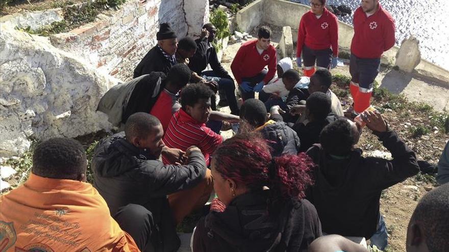 Doce inmigrantes desembarcan en la costa de Ceuta a bordo de una patera