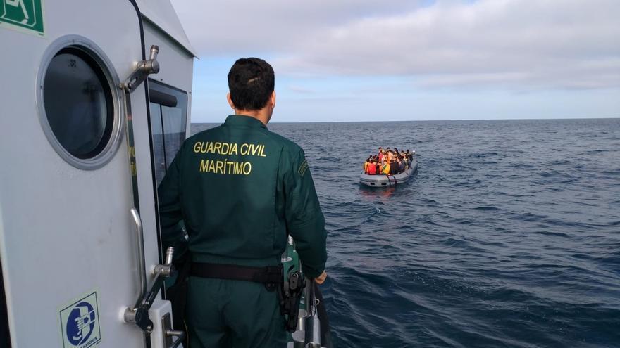 Una mujer muerta y un niño desaparecido tras volcar una patera ante una playa de Conil