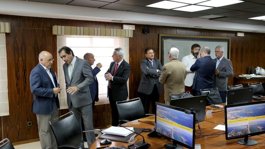 Miembros del Consejo de Administración de la Autoridad Portuaria de Las Palmas antes de una reunión