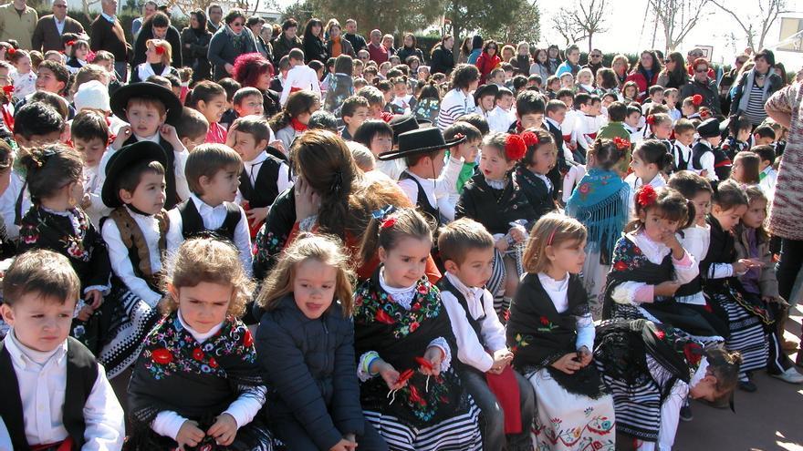 Escolares atavados con el traje regional