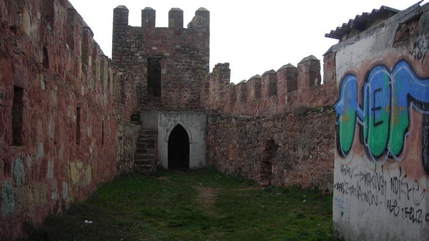 Patio del castillo de Riba de Santiuste, degradado por la falta de conservación. Foto: Raquel Gamo.